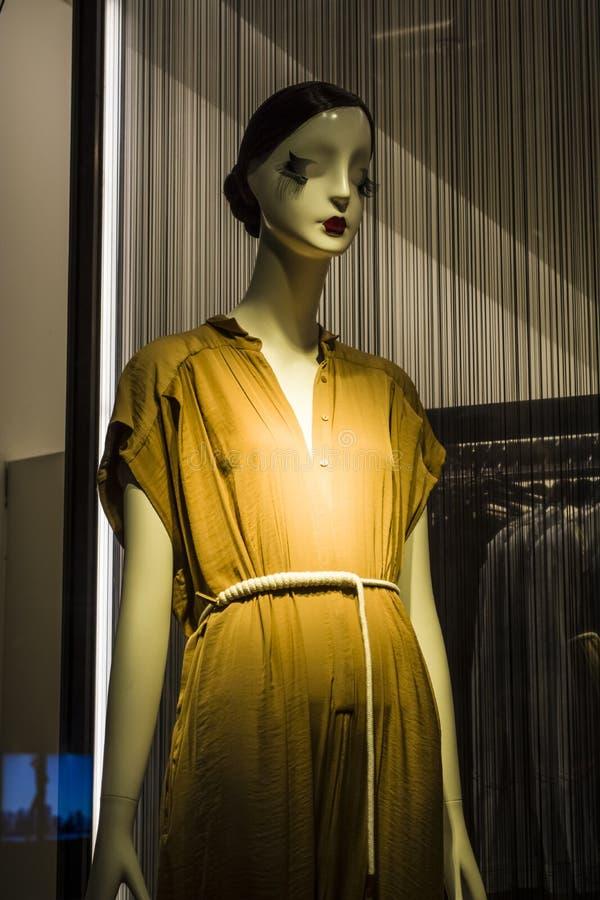 Женские манекены в стильных и модных одеждах в шоу-окне магазина Бахрейна собрание новое Шоппинг стоковые изображения rf
