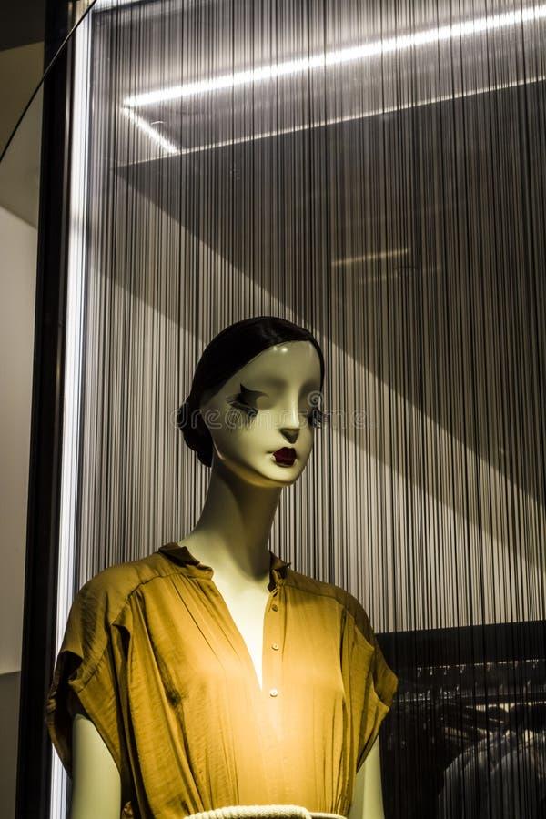 Женские манекены в стильных и модных одеждах в шоу-окне магазина Бахрейна собрание новое Шоппинг стоковое фото rf