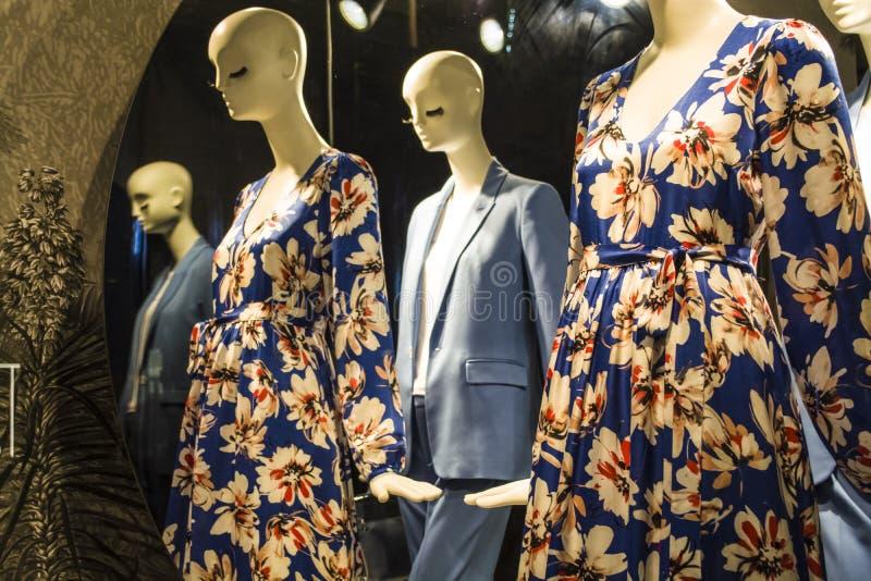 Женские манекены в стильных и модных одеждах в шоу-окне магазина Бахрейна собрание новое Шоппинг стоковое изображение rf