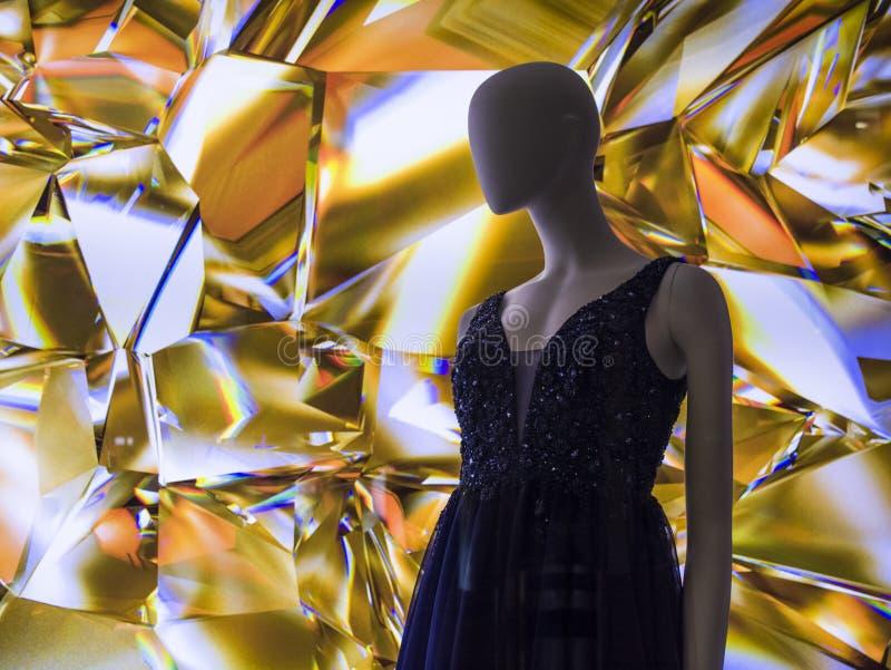 Женские манекены в стильных и модных одеждах в шоу-окне магазина Бахрейна собрание новое Шоппинг стоковые изображения