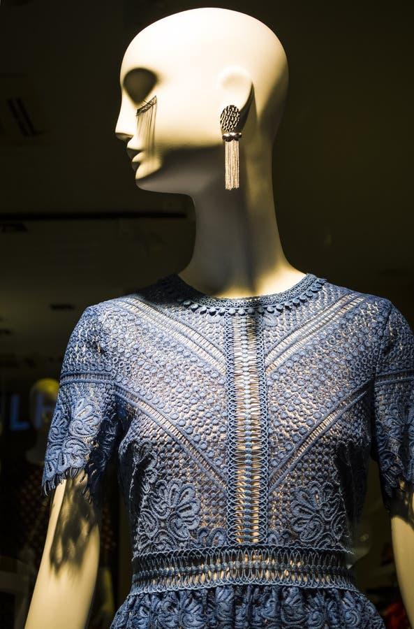 Женские манекены в стильных и модных одеждах в шоу-окне магазина Бахрейна собрание новое Шоппинг стоковое изображение
