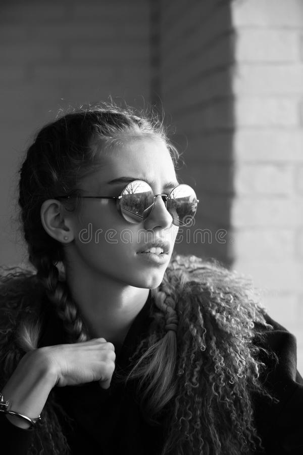 Женские мода, красота и концепция рекламы девушка с косичками в солнечных очках стоковые изображения rf