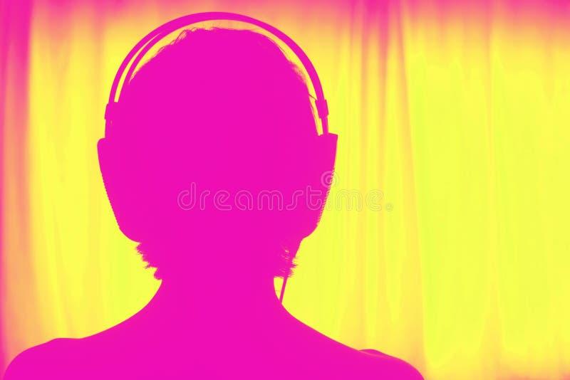 Женские наушники женщины диск-жокея DJ стоковое фото