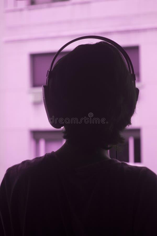 Женские наушники женщины диск-жокея DJ стоковые изображения rf