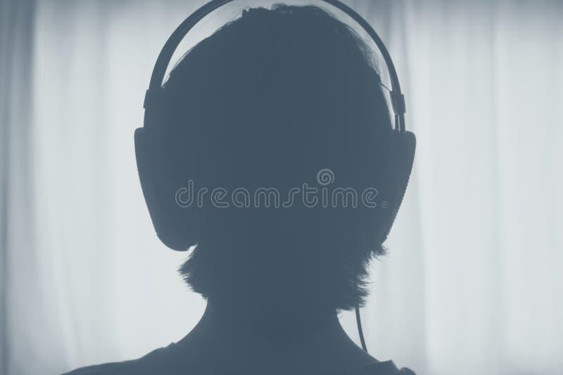 Женские наушники женщины диск-жокея DJ стоковое фото rf