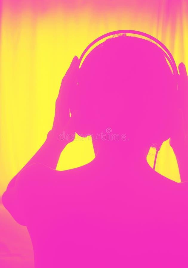 Женские наушники женщины диск-жокея DJ стоковая фотография rf
