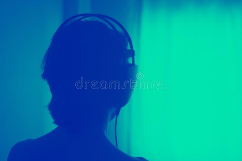 Женские наушники женщины диск-жокея DJ стоковое изображение