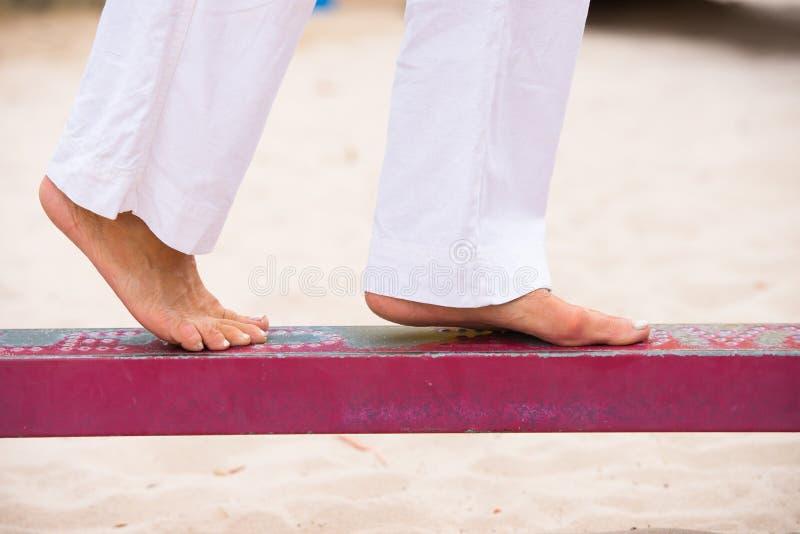 Женские ноги балансировать внешний стоковые изображения