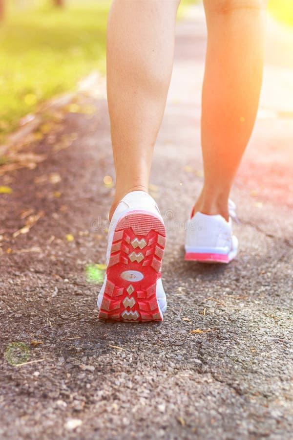 Женские ноги бегуна бежать крупный план на ботинке стоковая фотография