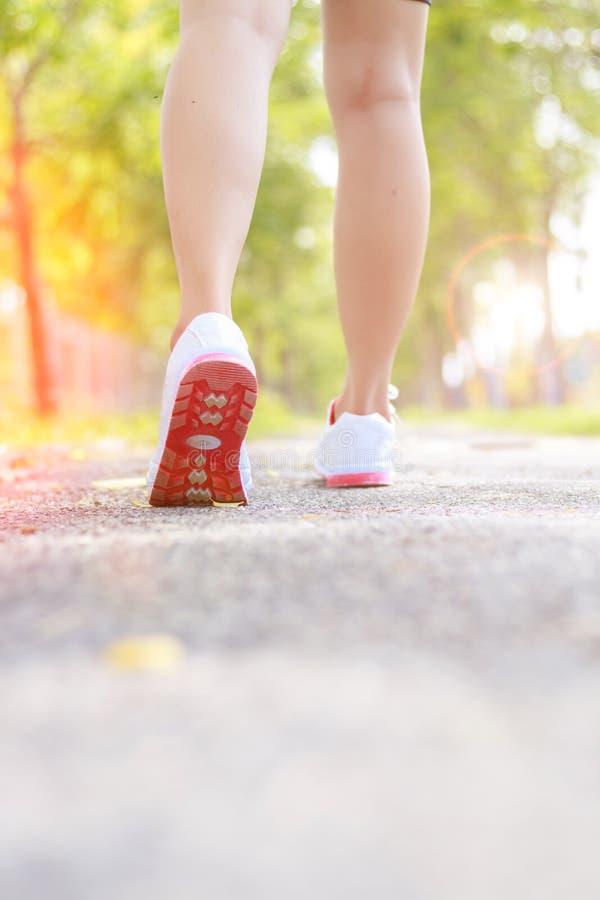 Женские ноги бегуна бежать крупный план на ботинке стоковое фото