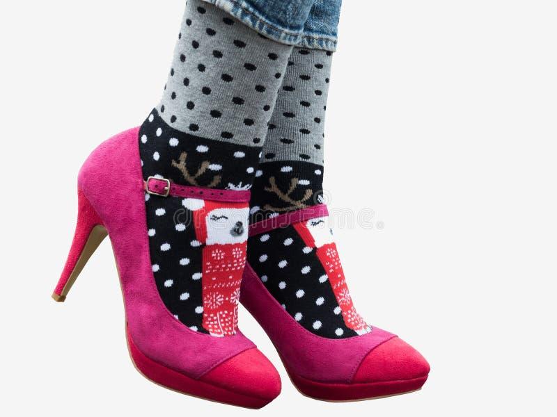 Женские ноги в стильных ботинках, ярких, variegated носках стоковая фотография rf