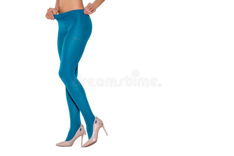 Женские ноги в ярких голубых колготках стоковое фото