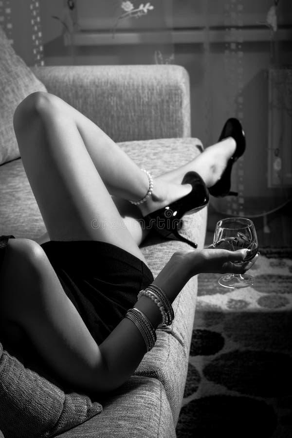Женские ноги нося высокие пятки Стоковое фото RF