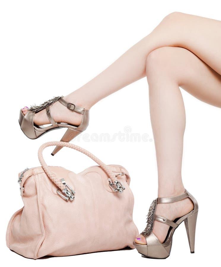 женские ноги сумки стоковое изображение rf