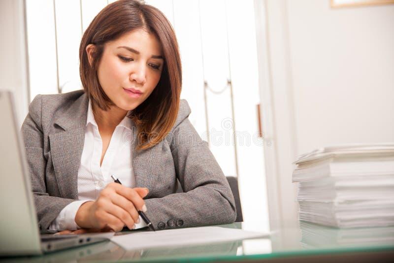 Женские документы подписания юриста стоковая фотография