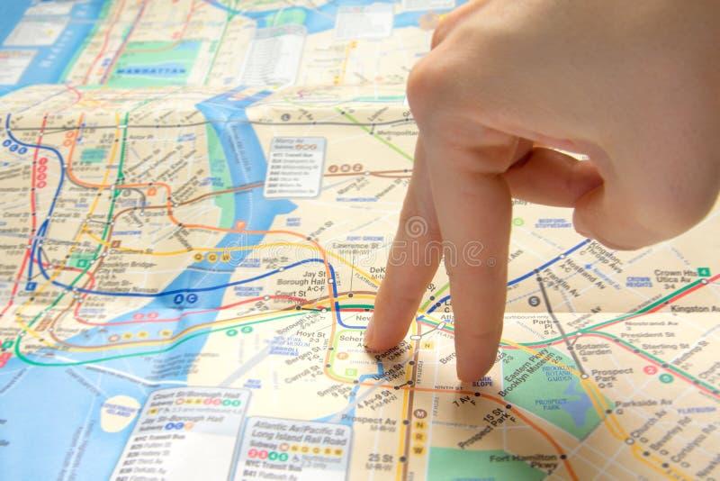 Перста гуляя на карту стоковое изображение