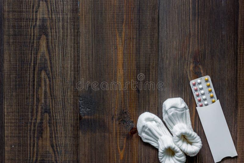 Женские пилюльки и добычи контрацепции на деревянном copyspace взгляд сверху предпосылки стоковые фотографии rf