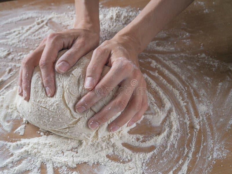 Женские руки делая тесто для пиццы стоковые изображения rf