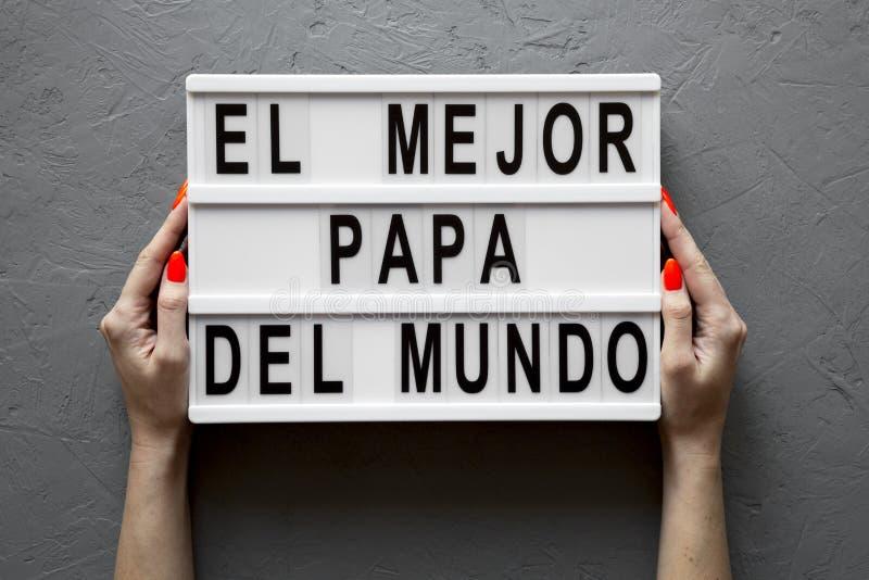 """Женские руки держат lightbox с """"El словами Mejor Папы Del Mundo """"над конкретной предпосылкой r Отец стоковое фото rf"""
