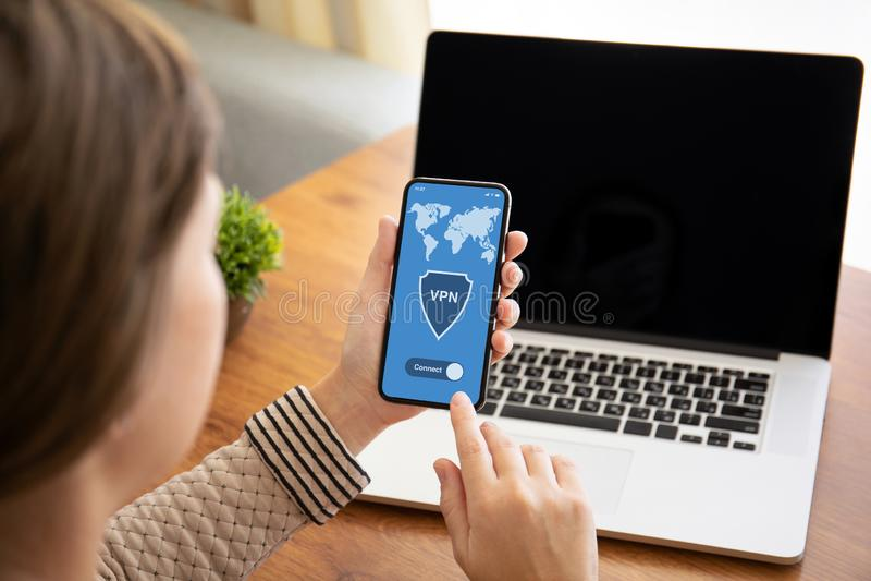Женские руки держа телефон касания с vpn приложения на экране стоковое изображение rf