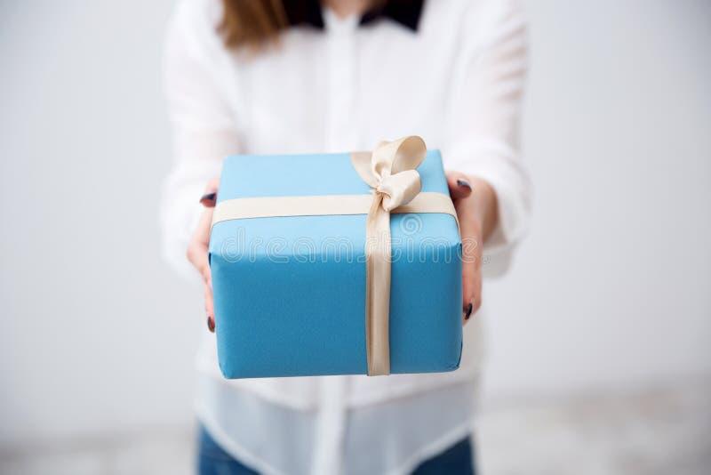 Женские руки держа подарок стоковые фото