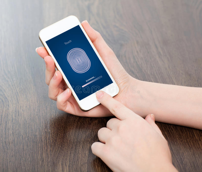 Женские руки держа телефон и входя в код PIN пальца стоковое фото