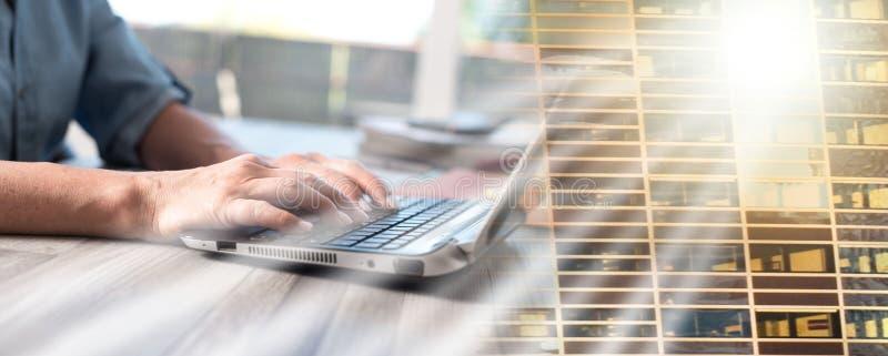 Женские руки используя ноутбук; множественная выдержка стоковое изображение