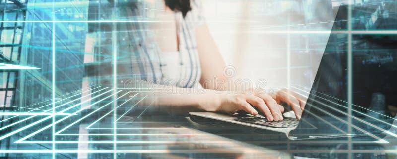 Женские руки используя ноутбук; множественная выдержка стоковая фотография rf