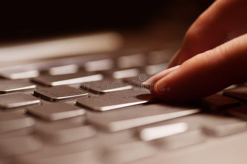 Женские руки или работник офиса женщины печатая на клавиатуре стоковая фотография rf
