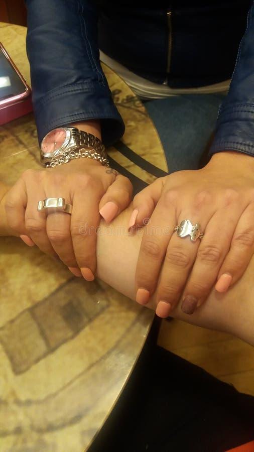 Женские руки на мужском предплечье стоковые фотографии rf