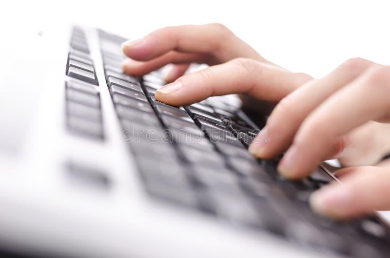 Женские руки печатая на машинке на клавиатуре стоковое фото rf