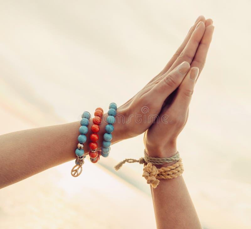 Женские руки совместно стоковая фотография