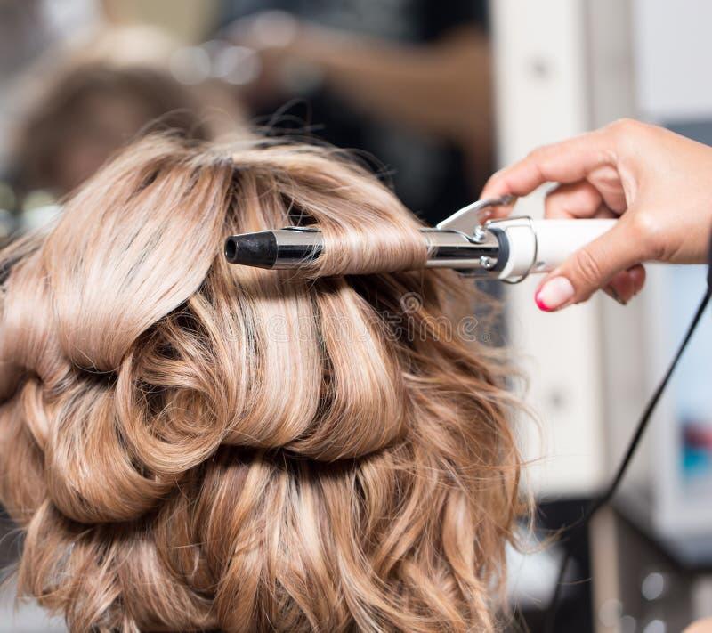 Женские стили причёсок на завивать в салоне красоты стоковые изображения