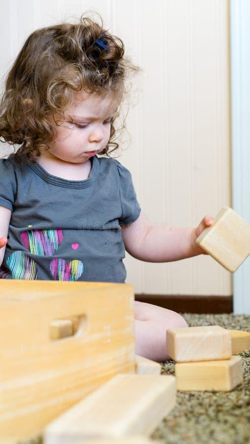 Женские строительные блоки малыша стоковая фотография rf