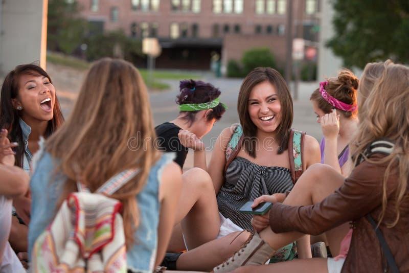 Женские студенты смеясь над совместно стоковые изображения rf