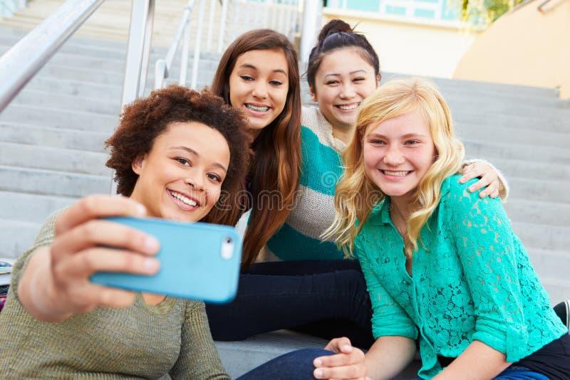 Женские студенты средней школы принимая фотоснимок Selfie стоковые фото