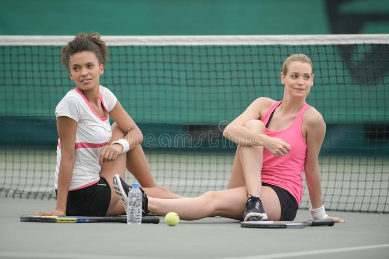 Женские теннисисты протягивая outdoors стоковая фотография rf