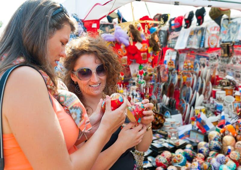 Женские туристы выбирая сувениры стоковое изображение rf