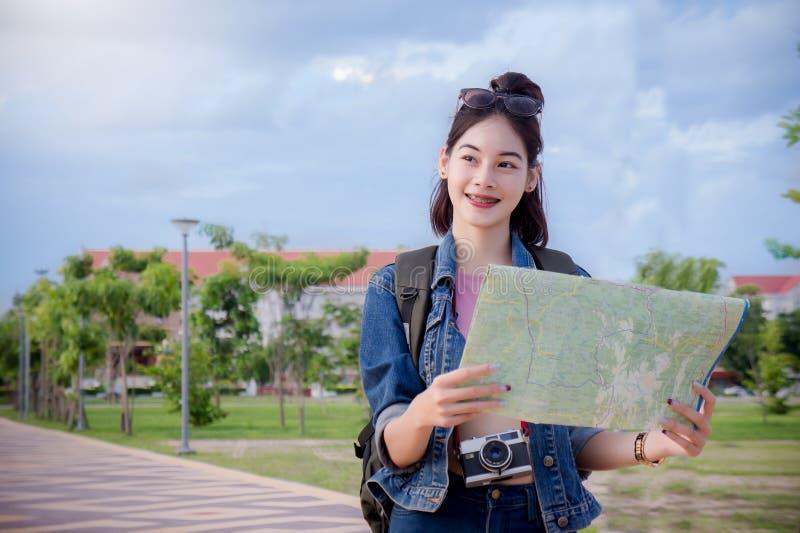 Женские туристы ища назначения на карте в городке стоковые изображения