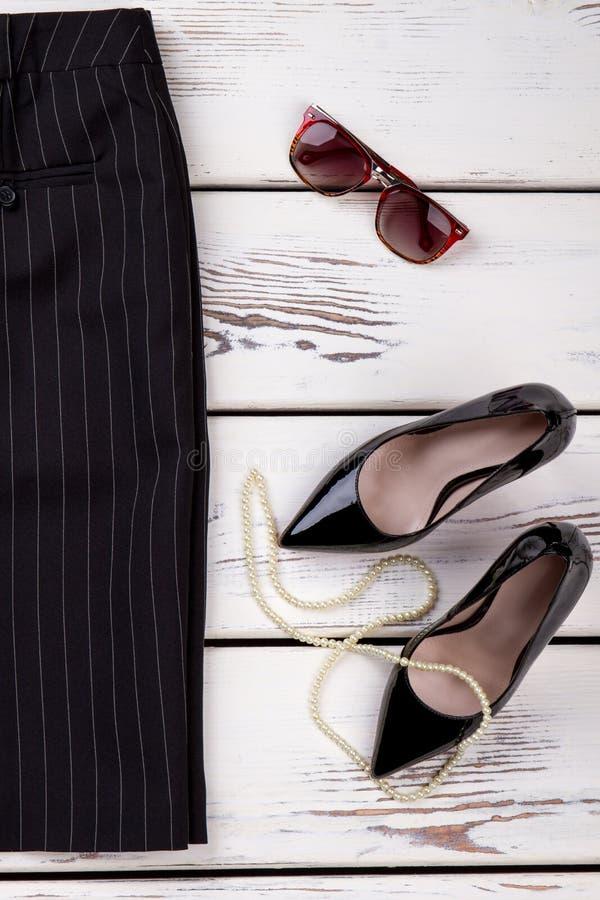 Женские юбка, ботинки и аксессуары стоковые фотографии rf