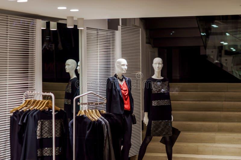 Женские manikens в закрытом магазине одеяния стоковое изображение