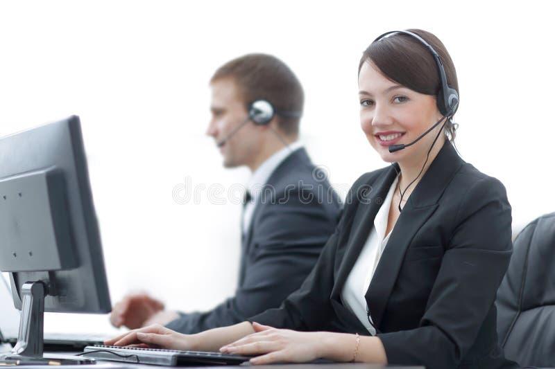 Женский агент обслуживаний клиента при шлемофон работая в центре телефонного обслуживания стоковые изображения