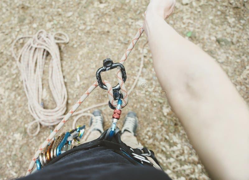 Женский альпинист с диаграммой 8 и веревочкой стоковые изображения