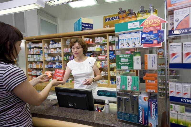 Женский аптекарь на фармации стоковые фотографии rf