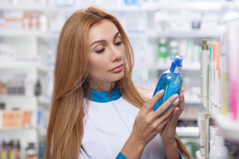 Женский аптекарь работая на ее аптеке стоковые фотографии rf