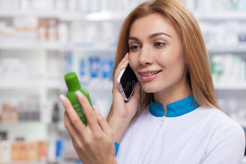 Женский аптекарь работая на ее аптеке стоковое фото rf