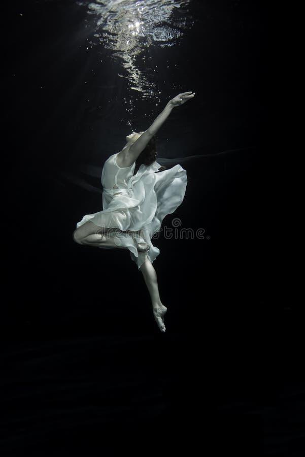 Женский артист балета стоковые фотографии rf