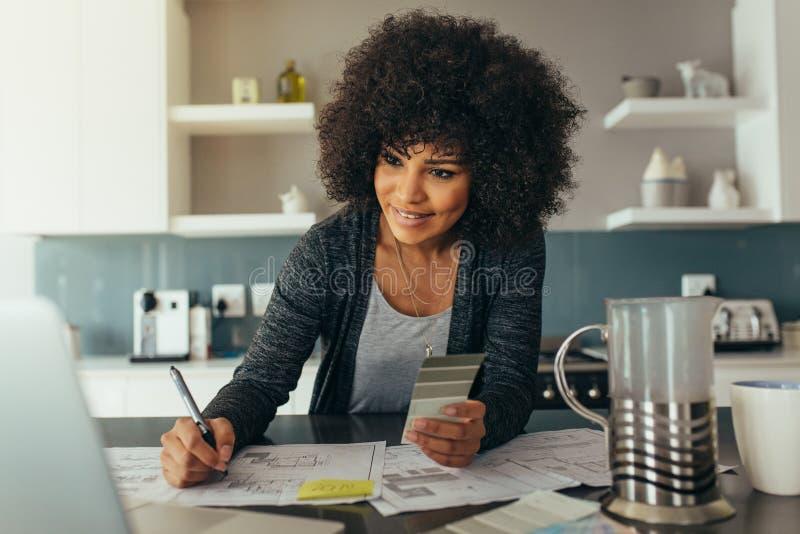 Женский архитектор работая дома офис стоковые изображения