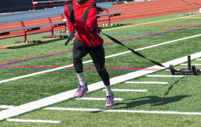 Женский бегун вытягивая скелетон с весом на поле стоковые изображения rf