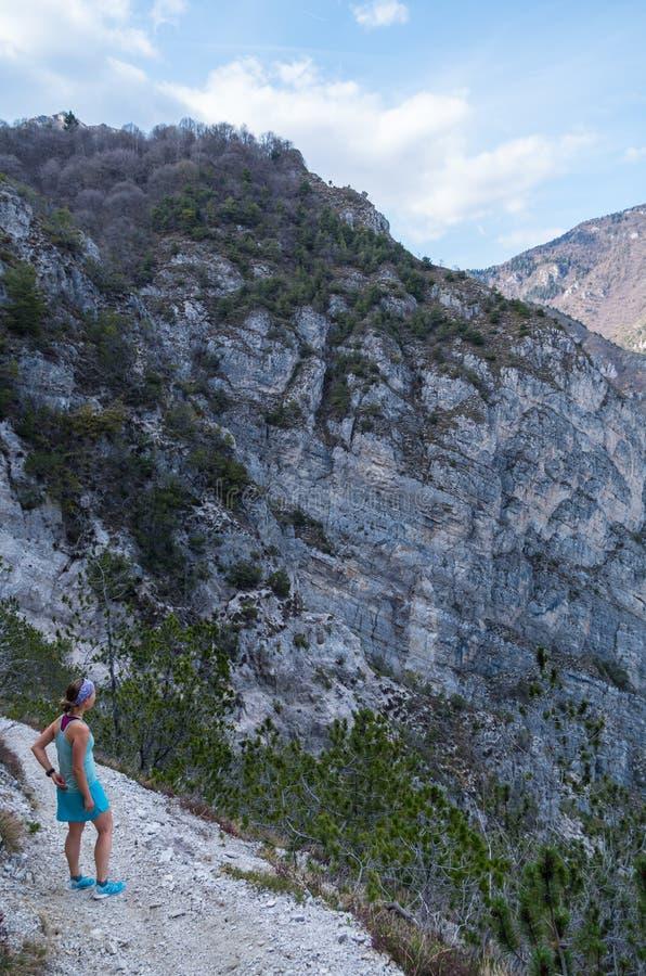 Женский бегун в горах на озере Garda, Италии стоковое изображение